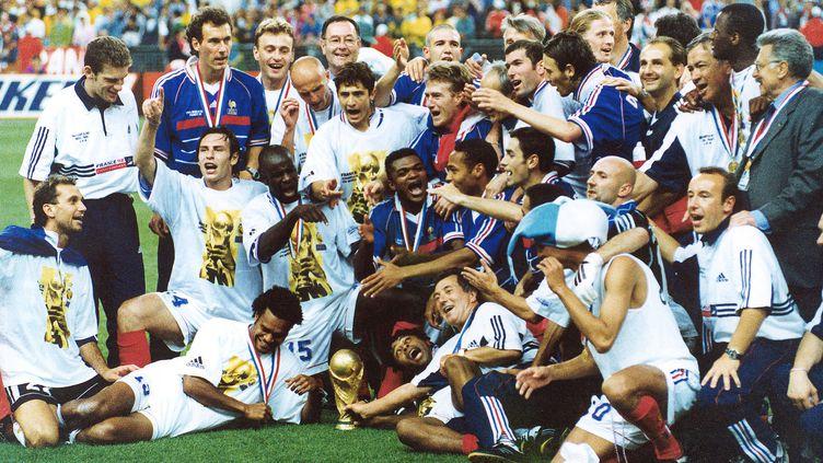 L'équipe de France de football, sacrée championne du monde en 1998.