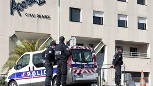 Des policiers devant le C.H.U deNice, où sont prises en charge les victimes. (JEAN CHRISTOPHE MAGNENET / AFP)