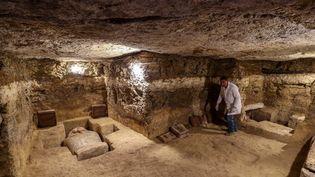 Un archéologue explore la tombe d'un prêtre du dieu Thot, le 30 janvier 2020, à Al Ghoreifa (Egypte). (MOHAMED EL-SHAHED / AFP)