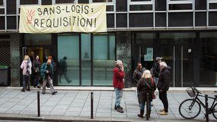 L'association Droit au logement demande la réquisition d'un ancien commissariat de police pour y abriter des personnes sans domicile, le 11 janvier 2020 à Paris. (JULIETTE PAVY / HANS LUCAS)