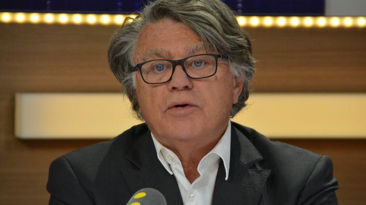 Gilbert Collard dans le studio 221 de Radio France (Jean-Christophe Bourdillat / Radio France)