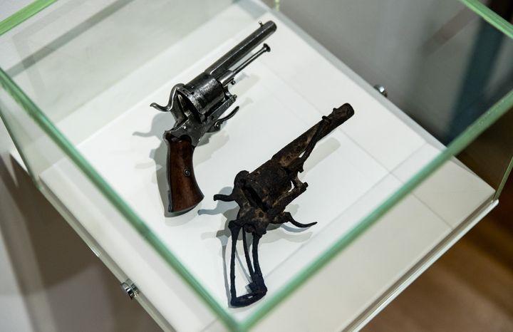 Le musée Van Gogh d'Amsterdam présente l'arme présumée utilisée par le peintre pour se suicider. (ROBIN VAN LONKHUIJSEN / ANP MAG / AFP)