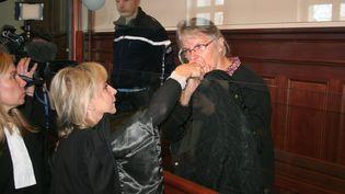 Jacqueline Sauvage (à droite) lors de son procès à la cour d'appel d'assises de Blois (Loir-et-Cher), le 3 décembre 2015. (PHILIPPE RENAUD / MAXPPP)