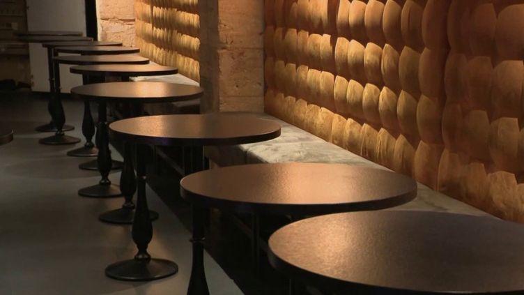 Lundi 27 avril, 110 députés de la majorité ont rendu un rapport à l'exécutif dans lequel ils proposent une ouverture progressive des restaurants. (FRANCE 2)