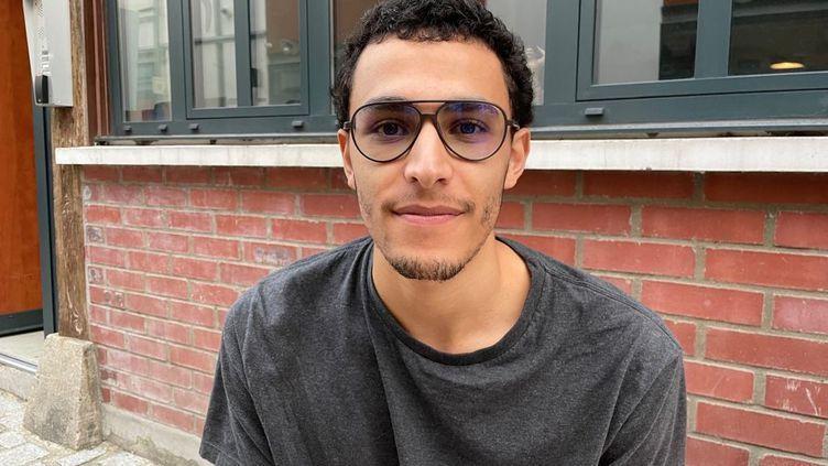 Sinä, étudiant boursier de 21 ans,lors d'une distribution de colis alimentaire Linkee à Paris (MANON MELLA / FRANCEINFO)