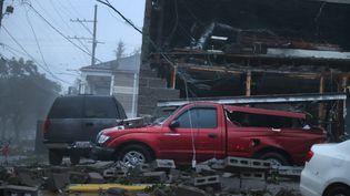 Des véhicules endommagés après l'effondrement de la façade d'un bâtiment pendant le passage de l'ouragan Ida, le 29 août 2021 à la Nouvelle-Orléans, en Louisiane (Etats-Unis). (SCOTT OLSON / GETTY IMAGES NORTH AMERICA / AFP)