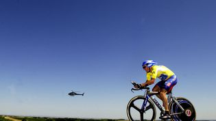 Le coureur américain Lance Armstrong lors du contre-la-montre entre Gaillac et Cap Découverte, le 18 juillet 2003. (TIM DE WAELE / VELO)