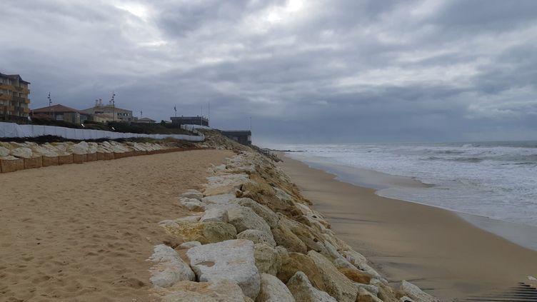 L'enrochement reconstruit après les tempêtes de l'hiver 2013-2014, une bande de sable surélevée a été créée pour conserver un morceau de plage à marée haute. Lacanau (Gironde), le 9 décembre 2020 (JEROME JADOT / FRANCEINFO / RADIO FRANCE)