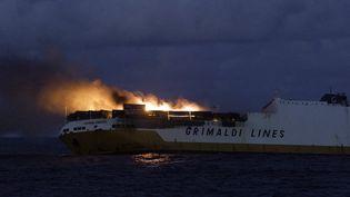 """Le navire """"Grande America"""" en feu aux larges des côtes françaises, le 12 mars 2019. (LOIC BERNARDIN / MARINE NATIONALE / AFP)"""