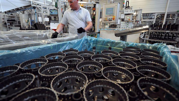 Un ouvrier de l'usine General Motors de Strasbourg, le 4 avril 2011. (FREDERICK FLORIN / AFP)