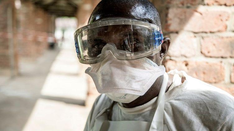 Un agent de santé porte un équipement de protection pour éviter d'être contaminé par le virus Ebola àl'hôpital Bikoro (République démocratique du Congo). (MARK NAFTALIN / UNICEF)