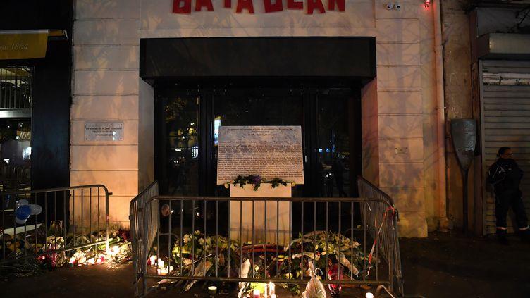 Une plaque déposée, le 13 novembre 2017, en mémoire des victimes du Bataclan lors des attentats du 13 novembre 2015 à Paris. (CHRISTOPHE ARCHAMBAULT/AFP)