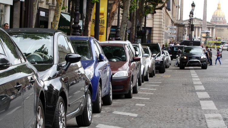 Voitures garées à Paris, le 19 juillet 2012. (Photo d'illustration) (ANA AREVALO / AFP)