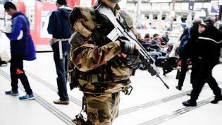 Un militaire patrouille à la Gare de Lyon, à Paris, le 14 novembre 2015. (SIMONE PEROLARI / DPA)