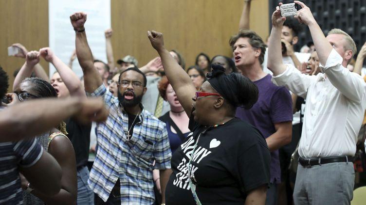 Des habitants en colèreperturbent le Conseil municipal deCharlottesville (Virginie) le 21 août2017 (ANDREW SHURTLEFF / AP / SIPA)