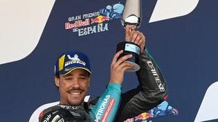 Franco Morbidelli sur le podium du Grand Prix d'Espagne, le 2 mai 2021, au circuit de Jerez. (PIERRE-PHILIPPE MARCOU / AFP)