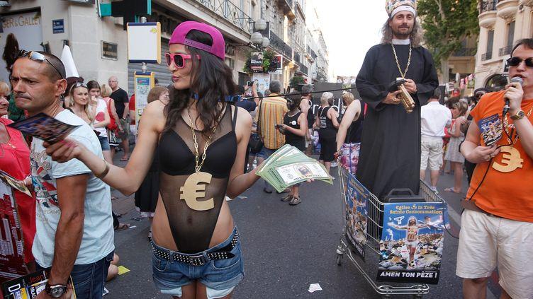 La parade des acteurs dans les rues d'Avignon lors du 67e festival off en 2013. (PATRICK AVENTURIER / GETTY IMAGES EUROPE)