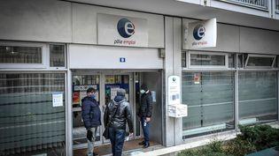 Devant l'entrée d'une agence Pôle emploi, le 29 janvier 2021, à Paris. (STEPHANE DE SAKUTIN / AFP)