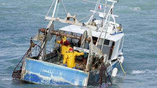 Des pêcheurs de Saint-Jacques, en Bretagne, le 19 avril 2015. (JEAN-LUC ET FRANCOISE ZIEGLER / BIOSPHOTO / AFP)