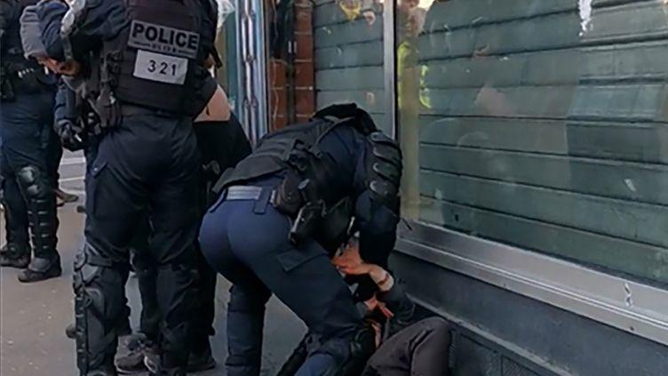 Capture écran de la vidéo du policier qui frappe un manifestant au sol à Paris le 18 janvier. (- / HANDOUT)