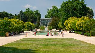 Bassin et grande serre du Jardin des plantes de Rouen. (ISABELLE MORAND / FREDERIC BISSON / RADIO FRANCE / FRANCE INFO)