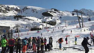 Les stations de sports d'hiver poursuivent leur mutation. La luge fait son retour sur les pistes et n'est plus réservée aux tout-petits. C'est le cas à Valmorel, aux Menuires ou encore à Val Thorens, en Savoie. (France 2)