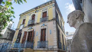 Le musée Victor Schœlcher à Pointe-à-Pitre (Guadeloupe), avec un buste de celui qui a aboli l'esclavage en 1848. (NICOLAS DERNE / AFP)