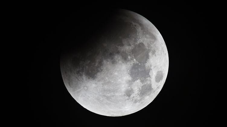 La Lune vue du comté d'Essex au Royaume-Uni, le 28 septembre 2015. (STRINGER / REUTERS)