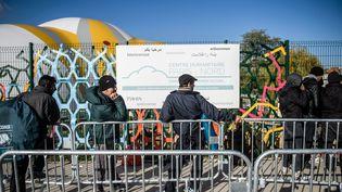 Devant lecentre humanitairede premier accueil pour les migrants, à Paris, le 11 novembre 2016. (MAXPPP)