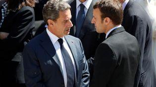 Nicolas Sarkozy,alors à la tête du parti Les Républicains, discute avec Emmanuel Macron (à droite), ministre de l'Economie à l'époque, lors de l'enterrement de Michel Rocard, aux Invalides, à Paris, le 7 juillet 2016. (CHARLES PLATIAU / Reuters)