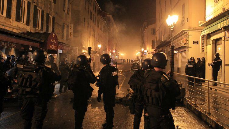 La Police lors des affrontements avec des manifestants à Corte (Haute-Corse), le 16 février 2016. (PASCAL POCHARD-CASABIANCA / AFP)