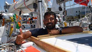 Le skipper indienAbhilash Tomy sur son voilier Thuriya aux Sables-d'Olonne (Vendée), le 29 juin 2018. (DAMIEN MEYER / AFP)