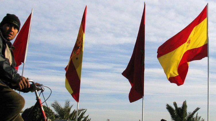 Drapeaux marocains et espagnols déployés à l'occasion de la visite du Roi Juan Carlos d'Espagne au Maroc en 2005. (PIERRE-PHILIPPE MARCOU / AFP)