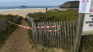 Une plage de Camaret-sur-Mer (Finistère) fermée après la découverte de ballots de cocaïne échoués, le 13 novembre 2019. (FRED TANNEAU / AFP)