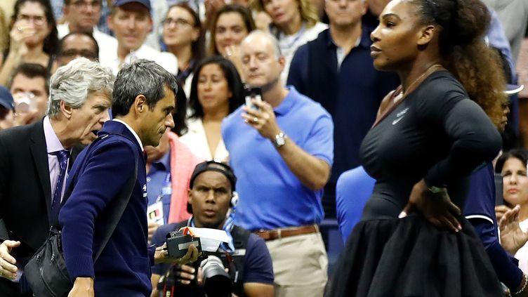 Serena Williams et l'arbitre Carlos Ramos (JULIAN FINNEY / GETTY IMAGES NORTH AMERICA)