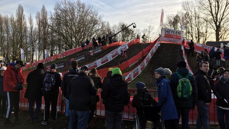 Des spectateurs regardent les cyclistes, le 11 janvier. (CLEMENT CONTE / RADIOFRANCE)