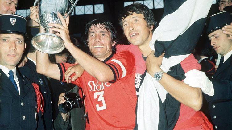 Louis Cardiet soulève la Coupe de France après une victoire contre l'Olympique lyonnais, le 20 juin 1971 au stade Yves-du-Manoir à Colombes (Hauts-de-Seine). (ARCHIVES OUEST FRANCE / MAXPPP TEAMSHOOT)