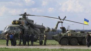 Des soldats ukrainiens postés près de la ville d'Izium, dans l'est de l'Ukraine, le 15 avril 2014. (DMITRY MADORSKY / REUTERS)