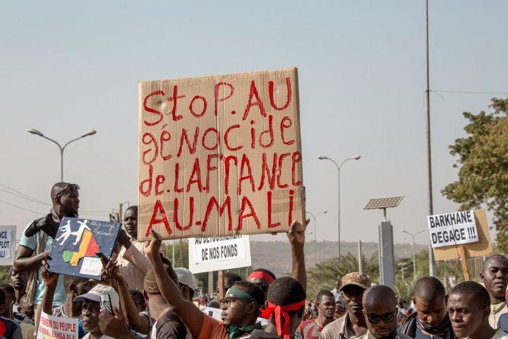Les manifestations contre la présence de l'armée française au Mali sont régulières, comme le 15 novembre 2019 à Bamako, la capitale du Mali. (AMAURY BLIN / HANS LUCAS)