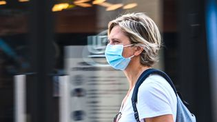 Une femme portant un masque de protection dans les rues de Lille (Nord), le 30 juillet 2020. (DENIS CHARLET / AFP)