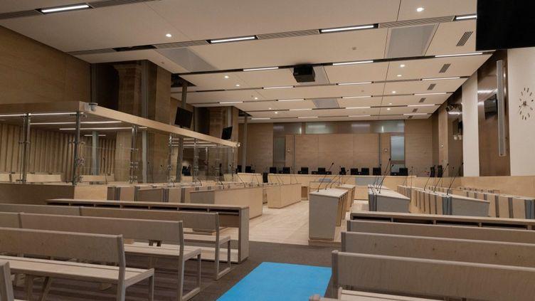 """Vue du box de la salle d'audience """"grand procès"""", au palais de justice de l'île de la Cité, à Paris, le 4 juin 2021. (THOMAS SAMSON / AFP)"""