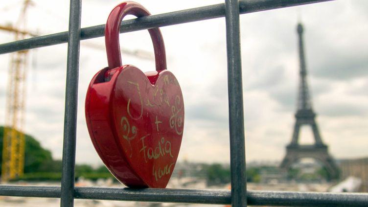 A Paris, les cadenas d'amour sont partout comme ici sur la grille du chantier du Trocadéro.  (B.Levesque / IP3 Press / MaxPPP)