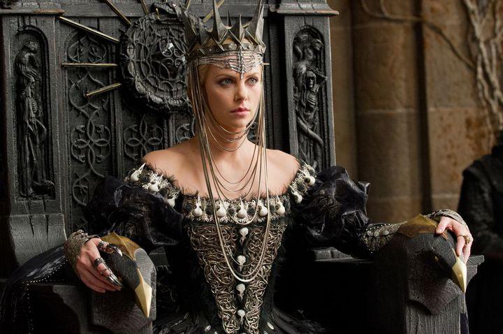"""Charlize Theron est la reine maléfique Ravenna dans """"Blanche Neige et le chasseur"""" de Rupert Sanders  (Universal Pictures International France)"""