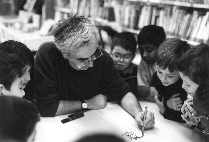 Claude Ponti dans une bibliothèque à Epinay-sur-Seine  (Aline Hebert-Matray / Ecole des loisirs)