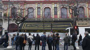 Des passants rendent hommage aux victimes des attentats de Paris devant le Bataclan, le 13 décembre 2015. (MATTHIEU ALEXANDRE / AFP)
