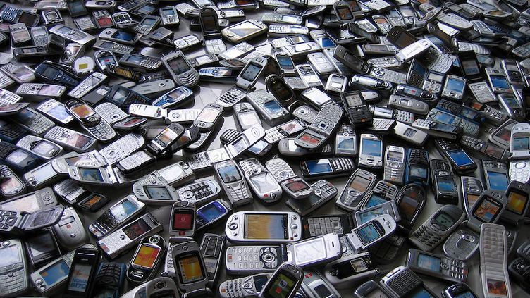 Des téléphones portables déstinés à être recyclés. (Photo d'illustration) (CC-BY 2.0 Sascha Pohflepp)