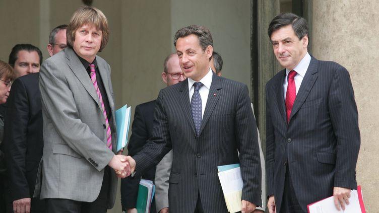 Nicolas Sarkozy (au c.) et le Premier ministre, François Fillon (à dr.)reçoivent le secrétaire général de la CGT, Bernard Thibault (à g.), le 29 mai 2007. (REMI OCHLIK / MAXPPP)