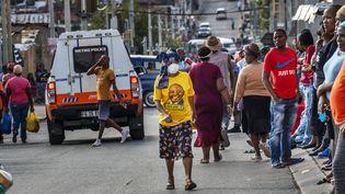 Une femme porte un masque dans une rue du township d'Alexandra, à Johannesburg, en Afrique du Sud, le 15 avril 2020. (JEROME DELAY/AP/SIPA / SIPA)