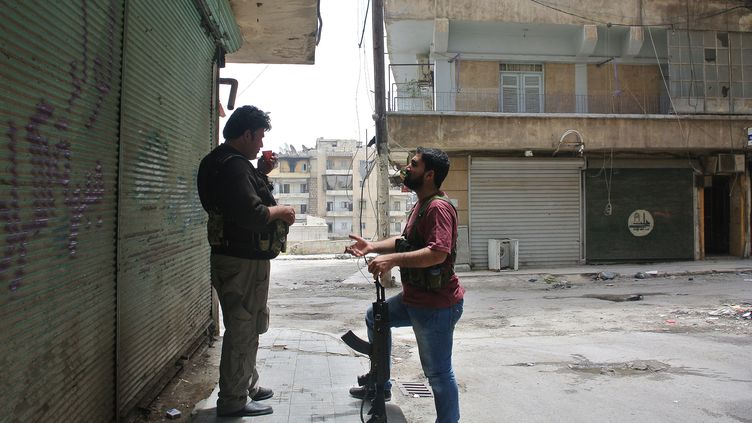 Des rebelles syriens dans la banlieue d'Alep, dans le nord de la Syrie, le 9 mai 2013. (AFP)