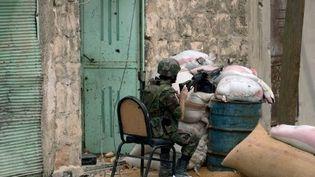 Un soldat gouvernemental lors d'un affrontement avec les rebelles dans les faubourgs dAlep, le 11 octobre 2012. (AFP/STR)